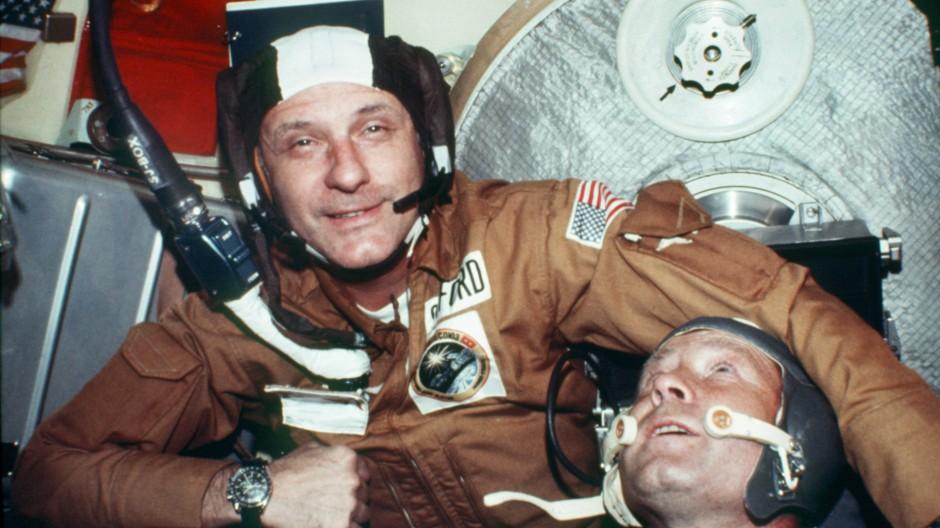 Der amerikanische Astronaut Thomas Stafford, Kommandant der Apollo-Kapsel (links), und der Kosmonaut Alexej Leonow, Kommandant der sowjetischen Sojus-Raumschiffes, aufgenommen in der Sojus-Kapsel nach dem erfolgreichen Apollo-Sojus-Kopplungsmanöver Mitte Juli 1975.