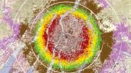 Jeder Punkt in obiger Karte zeigt den Standort eines Überlebenden der Atomexplosion über Hiroshima im Moment des Ereignisses. Die Farbe repräsentiert die jeweils erlittene Energiedosis von weniger als fünf Milligray (rosa) bis mehr als einem Gray (rot). Zum Vergleich: die Liquidatoren in Tschernobyl bekamen zwischen 0,8 und 16 Gray ab.