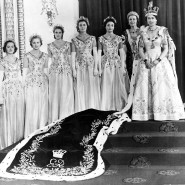 Die Tudor-Rose im Teppich verhieß, dass England kein Mauerblümchen mehr zu sein brauchte: Elisabeth II. und ihre Ehrenjungfrauen am Krönungstag.