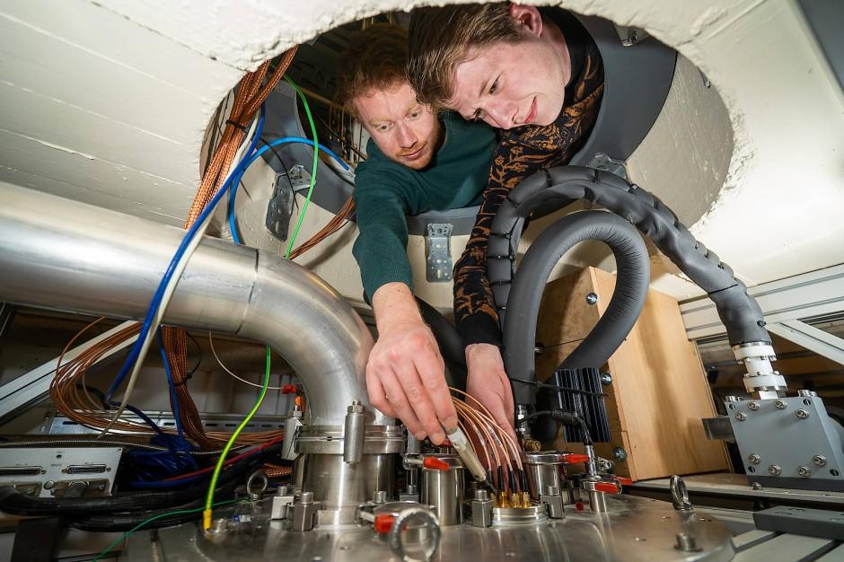 """Luca Petit and Gertjan Eenink arbeiten an der TU Delft an ihren  """"heißen"""" Quantenbits."""