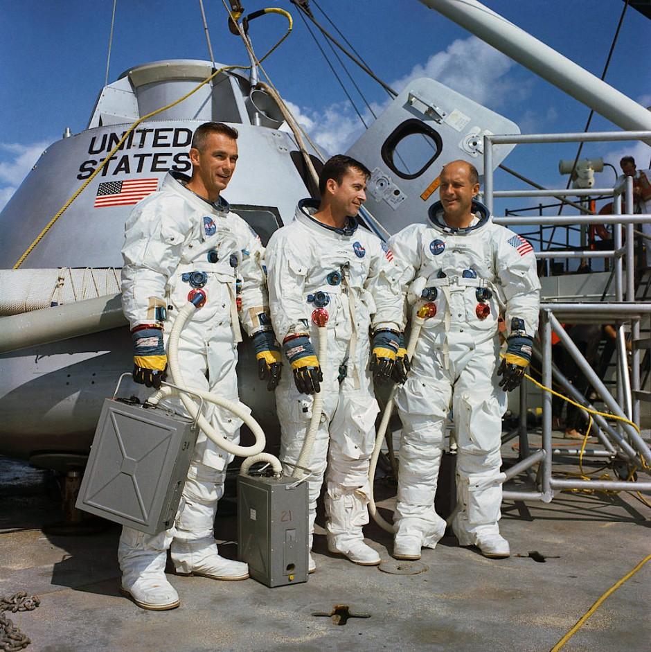 """Die drei Nasa-Astronauten Eugene Cernan, Thomas Young und Thomas Stafford (von links nach rechts) vor ihrer Apollo-Kapsel """"Charly Brown"""" am 13.11.1968."""