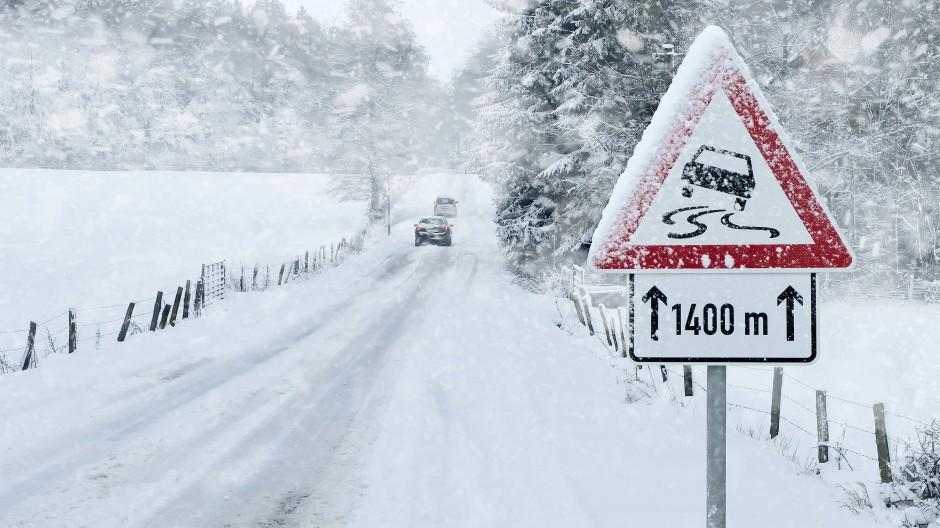 Die Wettermodelle berechnen sehr große Neuschneemengen. Auch im Flachland sind örtlich 20 bis 40 Zentimeter Schnee denkbar. (Symbolbild)
