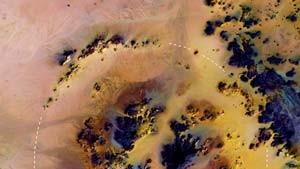 Meteoritenkrater: Konzentrische Ringe in der Wüste