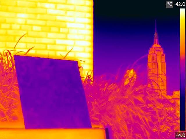 Kühlende Polymer-Beschichtung: Deutlich niedriger als die Umgebungstemperatur ist die Temperatur dieser Oberfläche, die durch eine Wärmebildkamera blau erscheint.