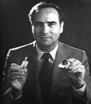Laser-Erfinder Theodore Maiman mit den Ingredienzen seines Rubin-Lasers.
