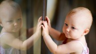 Mit sechs Monaten kann ein Kind sich selbst im Spiegel erkennen.  Ein Affe kann das auch. Aber was beweist das?
