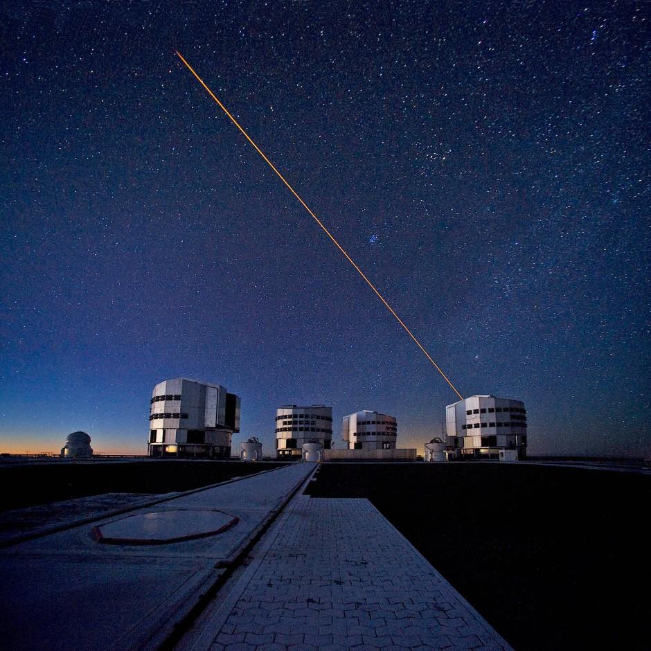 Statt Gestirne zu beobachten, zaubern die Astronomen mit ihren großen Teleskopen wie hier am Very Large Telescope (VLT) der Eso in Chile  bisweilen selbst Sterne an den Himmel. Diese Laserleitsterne verleihen den astronomischen Aufnahmen zusätzliche Schärfe. Sie helfen Störeffekte der Atmosphäre auszugleichen.