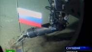 Der russische Fernsehnachrichtensender NTV zeigte bereits 2007 ein russisches Mini-U-Boot, dessen Roboterarm bei einer Live-Übertragung demonstrativ die weiß-blau-rote Nationalflagge Russlands in den Meeresboden am Nordpol etwa 4261 Meter unterhalb der Meeresoberfläche steckt.