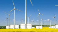 Batterien können für kurze Zeit mit Windkraft erzeugte elektrische Energie speichern.