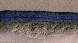 Roter Planet mit blauen Eisgletschern