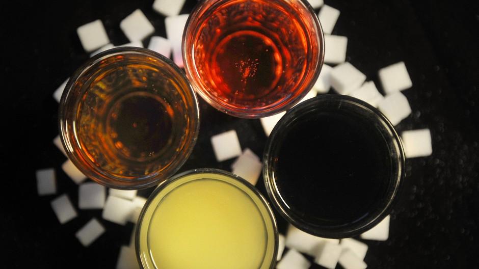Was befindet sich in welchem Glas? Zur Auswahl stehen rote Limonade, Zitronenlimonade, Cola und ein Energydrink.