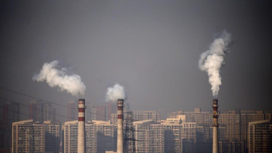 Smog in der chinesischen Stadt Tianjin.  Hauptverursacher sind die qualmenden Schlote der Kraftwerke, der Straßenverkehr, vor allem aber die heimischen Holzöfen.