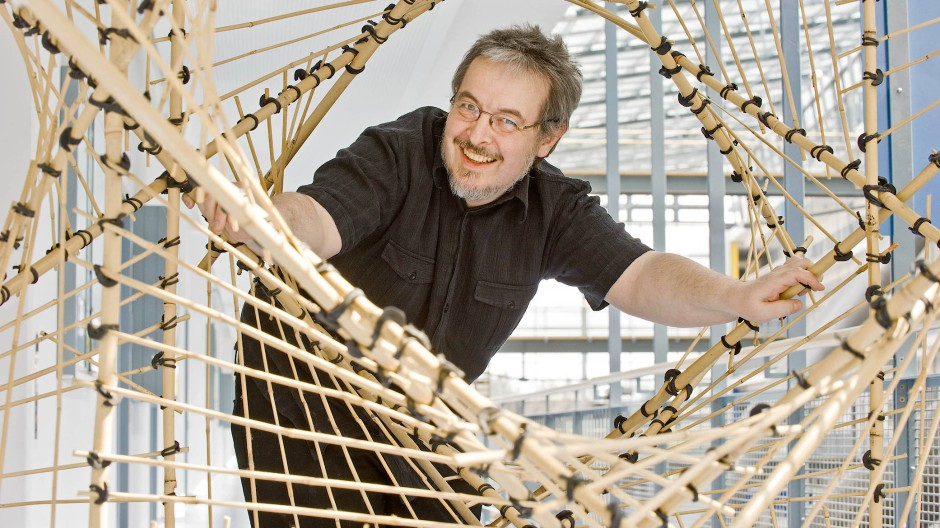 Nah am Gegenstand: Jürgen Richter-Gebert mit Bambusmodell