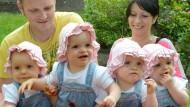 Fast alle Vierlinge stoßen auf großes Medieninteresse: Die eineiigen Vierlinge Laura, Jasmin, Kim und Sophie (von links nach rechts) aus Leipzig im Jahr 2013 mit ihren Eltern Janett und Marcus Mehnert.