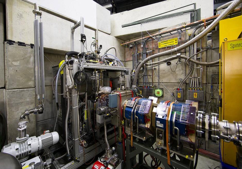 Diesen Apparat benutzten die Forscher um Masakai Hori, um pionische Heliumatome nachzuweisen. Die Pionen gelangen von rechts in das Gerät, der Laserstrahl wird von links eingestrahlt.
