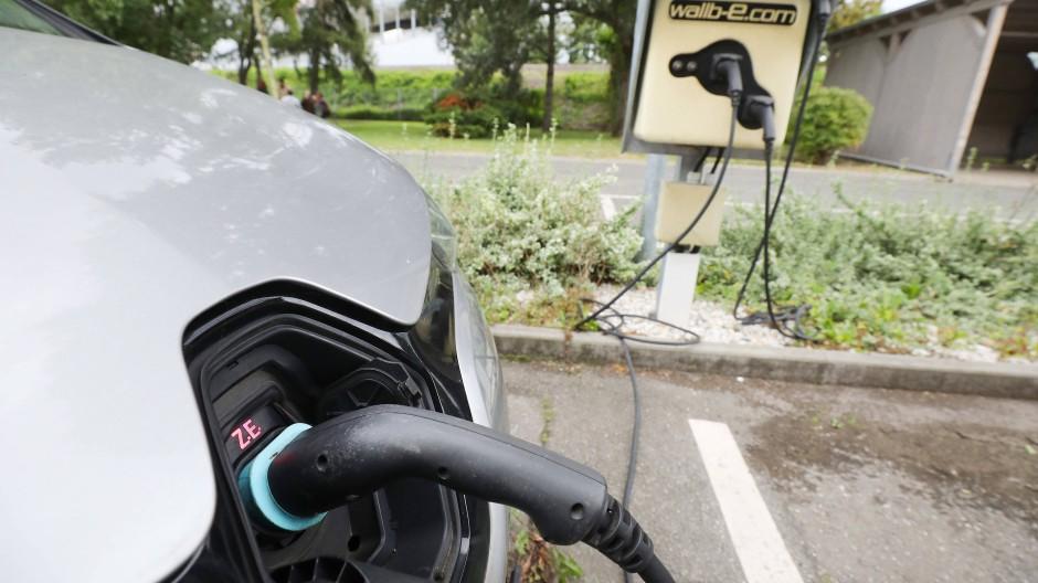 Laut Kraftfahrt-Bundesamt fahren 2021 fahren mehr als 365.000 E-Autos auf Deutschlands Straßen.