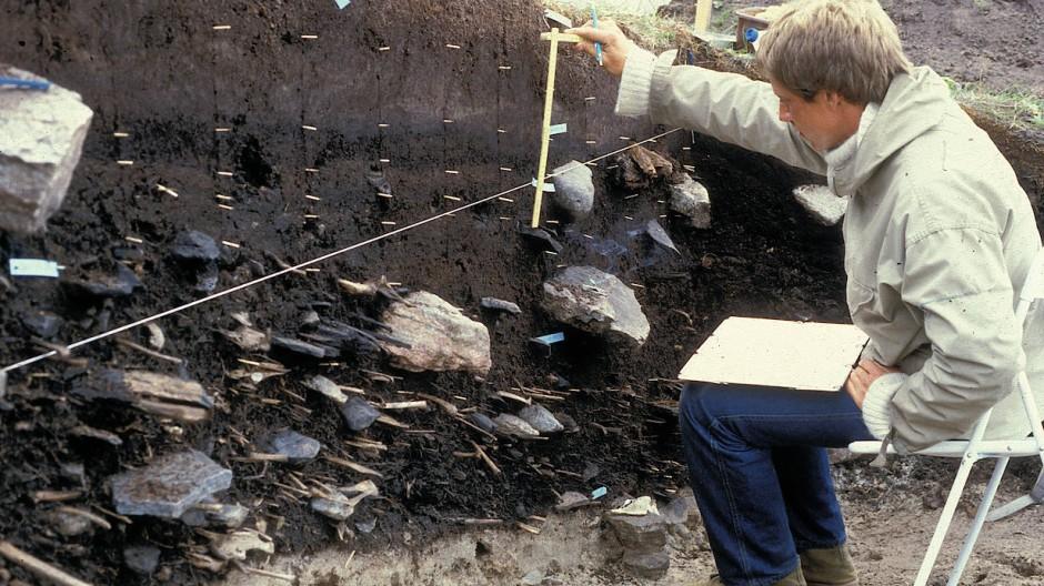 Ein Forscher untersucht eine Permafrostschicht in Qeqertasussuk. Die unterste Lage stammt aus der Zeit der frühen Saqqaq Kultur. Abfall des täglichen Lebens und Knochen gejagter Tiere treten deutlich zum Vorschein, aber auch Walrosszähne und Treibholz sind gut erhalten geblieben.