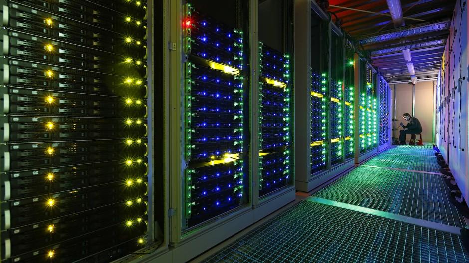 Der Supercomputer SANAM zählte 2014 zu den weltweit sparsamsten Rechnern. Entwickelt wurde das System Volker Lindenstruth und seinen Kollegen in Frankfurt.