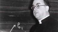 George Lemaître führte Mathematik und Beobachtungen zusammen. Dann kam er auf den Gedanken, dass die materielle Welt einen Anfang in der Zeit gehabt haben könnte.