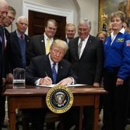 Donald Trump (M) unterzeichnet  im Roosevelt Room des Weißen Hauses in Washington seine Direktive Astronauten wieder zum Mond und schließlich zum Mars zu schicken.