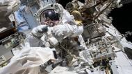 """Der Astronaut Mark Vande Hei repariert Anfang Oktober bei einem Außeneinsatz auf de ISS den Roboterarm """"Candarm2""""."""