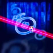 Künstlerische Darstellung eines pionischen Heliumatoms angeregt von einem Laserstrahl.