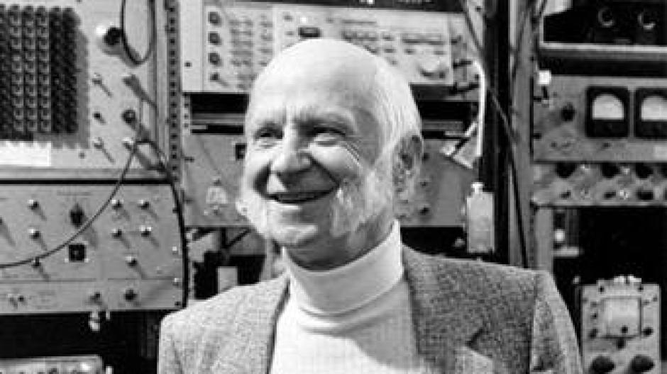 Hans Georg. Dehmelt in seinem  Labor in Seattle.