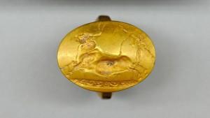 Minoisches Motiv: Der goldene Ring mit dem Stier-Emblem ist eines der Kostbarkeiten, die aus dem neuentdeckten Grab geborgen wurden. Ein mykenischer Krieger war darin um das Jahr 1500 v. Chr. bestattet worden.