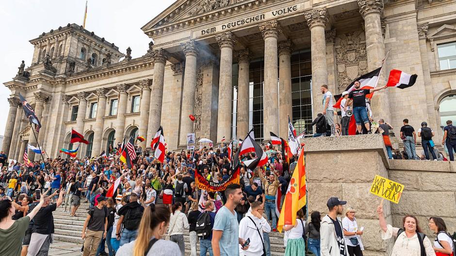 Diese Bilder gingen um die Welt: Teilnehmer einer Anticorona-Demonstration versuchen am 29. August den Reichstag zu stürmen. Vor dem Parlamentsgebäude wehten minutenlang auch Reichsflaggen, dann machte die Polizei dem Spuk ein Ende.