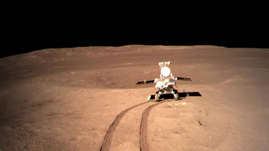 Roboterfahrzeug Jadehase 2 rollt kurz nach der Ladung der chinesischen Mondsonde Chang'e 4 auf der Rückseite der Mondoberfläche.