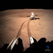"""Roboterfahrzeug """"Jadehase 2"""" rollt kurz nach der Ladung der chinesischen Mondsonde """"Chang'e 4"""" auf der Rückseite der Mondoberfläche."""