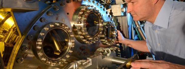 Elektronen im Blick: Reinhard Kienberger inspiziert ein Experiment an der Attosekunden-Beamline, mit der er und seine Kollegen die Bewegung von Elektronen untersuchen.