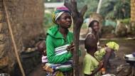 In Meliandou, einem Dorf in Guinea, tauchte Ebola 2013 erstmals auf. Die Einwohner glauben heute noch, dass eine Masernimpfung der Auslöser war.