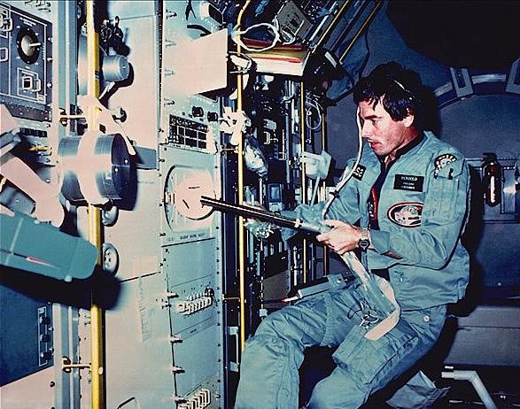 Ulf Merbold bei einem der vielen Experimente an Bord des Spacelab, aufgenommen am 1.Dezember 1983.