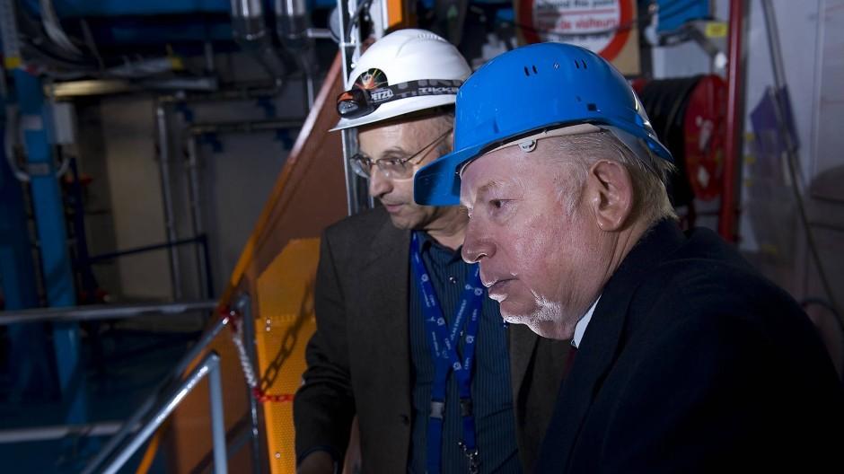 Gigantische Experimente für subatomare Teilchen: Steven Weinberg (vorne) besucht das  Forschungszentrum Cern bei Genf im Juli 2009
