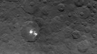 Die Oberfläche des Zwergplaneten Ceres, aufgenommen am 6. Juni aus einer Höhe von 4400 Kilometern. Besonders auffällig sind die weißen Flecken.