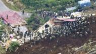 Mitglieder der Selbstverteidigungsstreitkräfte nehmen an einer Such- und Rettungsaktion teil, einen Tag nachdem ein starkes Erdbeben die nördlichste Hauptinsel Japans erschütterte