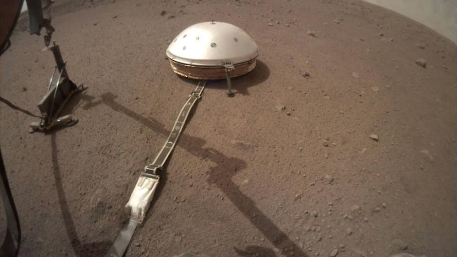 """Die Rammsonde HP3 (links) und in einem Abstand von zwei Metern das Seismometer """"Seis"""""""
