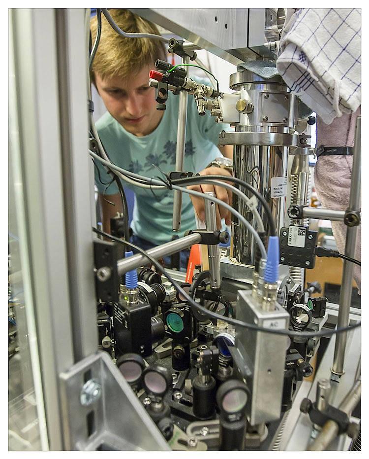 Experimenteller Aufbau Teil2: Die oszillierende Membran befindet sich im Inneren des zylinderförmigen Kryostaten und wird darin tiefgekühlt. Nicht die geringste Wärmebewegung soll die empfindlichen Messungen stören.