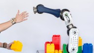 Dieser Roboter hält  rechtzeitig an, bevor ein Mensch ihn berühren kann.