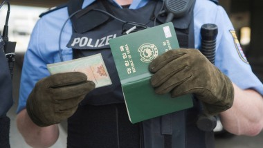 Jetzt nur nicht komisch gucken. Polizei und Zoll suchen am Frankfurter Flughafen nach Geld- und Drogenkurieren