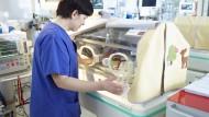 Intensivmedizinisch versorgt: eine Frühgeborenenstation mit Inkubator