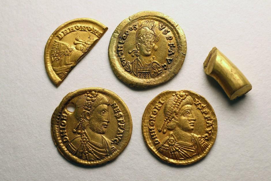 Römische Goldsolidi aus der Zeit um 450 nach Christus, die in der Nähe von Groß Labenz im Landkreis Nordwestmecklenburg gefunden wurden. Der Goldfund bringt einen Lichtstrahl in das bislang als dunkel geltende Zeitalter der Völkerwanderung.