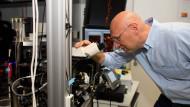 Stefan Hell vor seinem STED-Mikroskop