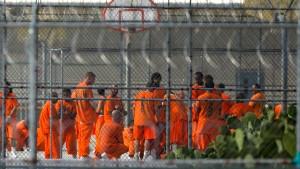 Wie überfüllte Gefängnisse das Virus verbreitet haben