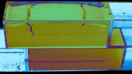 Silmulation  eines Erdbebens im Labor:  Falschfarben-Aufnahme von Rissen in dem komprimierten  Puder, das heftig hin- und herbewegt wird.