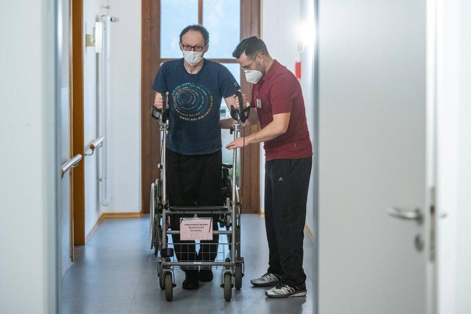 Viele der genesenen Intensivpatienten müssen das Gehen erst wieder mühsam lernen.