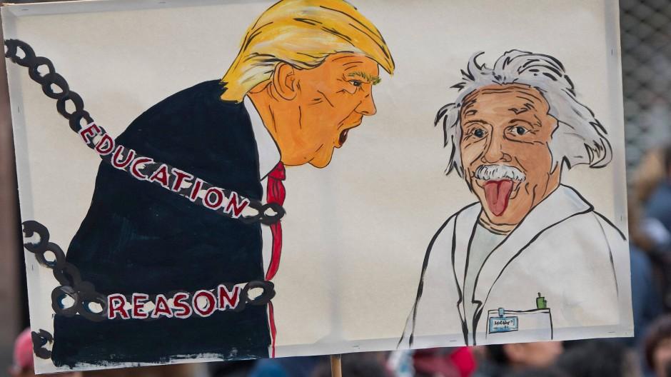 """In Ketten legen: Plakat auf dem Frankfurter """"March for Science"""" im Sommer diesen Jahres."""