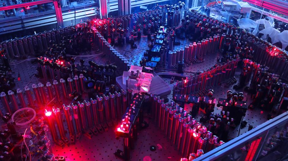 """Der Quantensimulator """"Jiuzhang"""": Im Zentrum werden die Lichtpulse erzeugt, die einen Parcours aus unzähligen optischen Komponenten absolvieren müssen."""