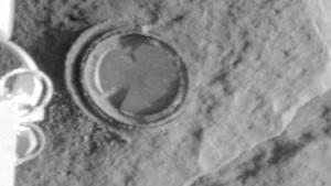 Marsrover Spirit bohrt zum ersten Mal Loch in Felsen